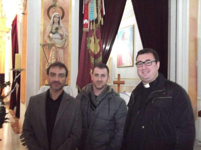 El presidente de la Sociedad Musical José Luis Casado, al centro, acompañado por el párroco y el director de la banda de música, tras la misa. EPDA