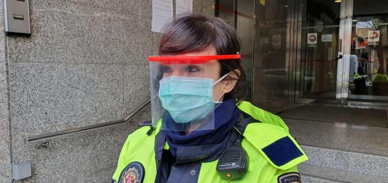 Una agente, con la mascarilla. EPDA