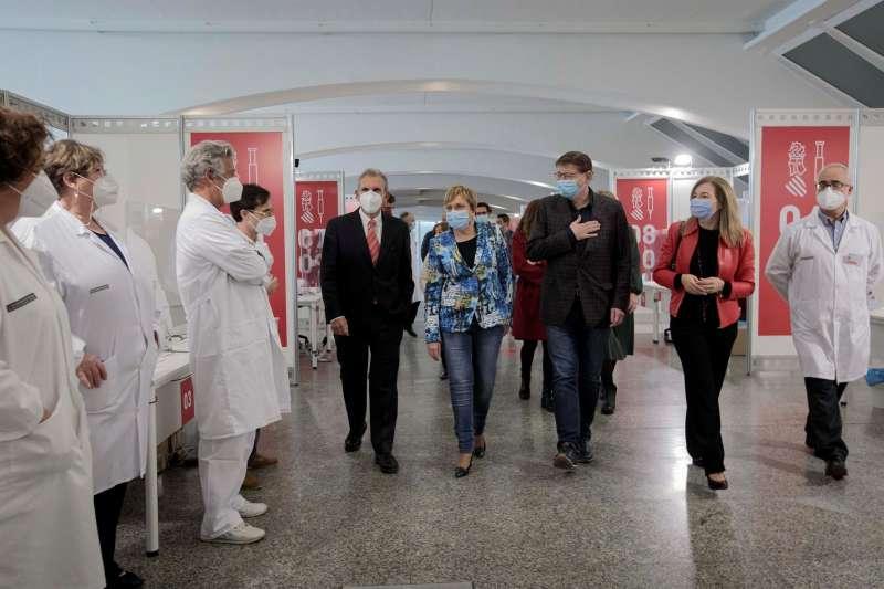 El President de la Generalitat ha visitado el punto de vacunación masiva de València, situado en la Ciutat de les Arts i les Ciències. / EFE/Biel Aliño