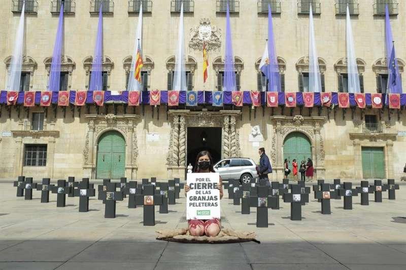 La activista ha posado desnuda frente al consistorio y rodeada de cruces. EFE