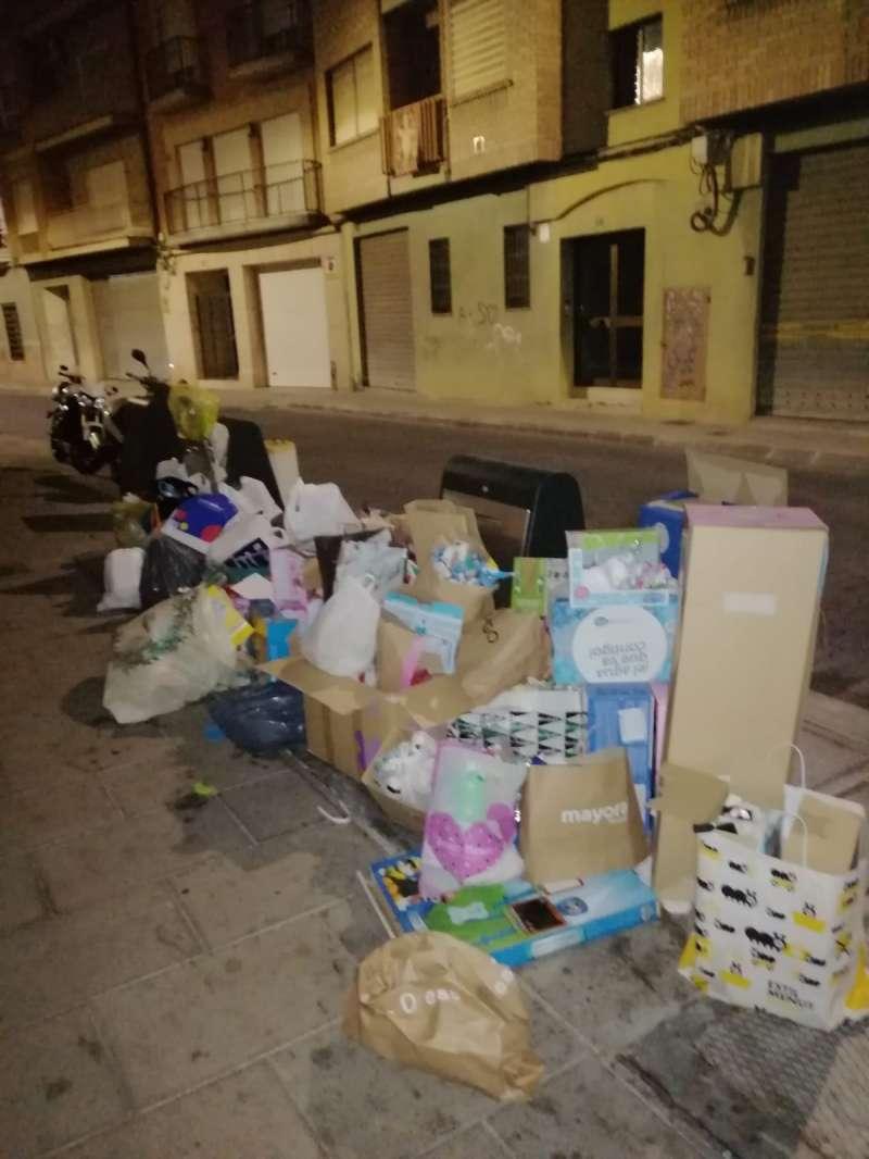 Acumulació de residus als carrers de Torrent durant el Nadal. EPDA