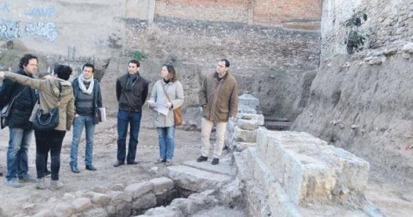 El alcalde y la cobcejala de Patrimonio en  la visita al solar. EPDA