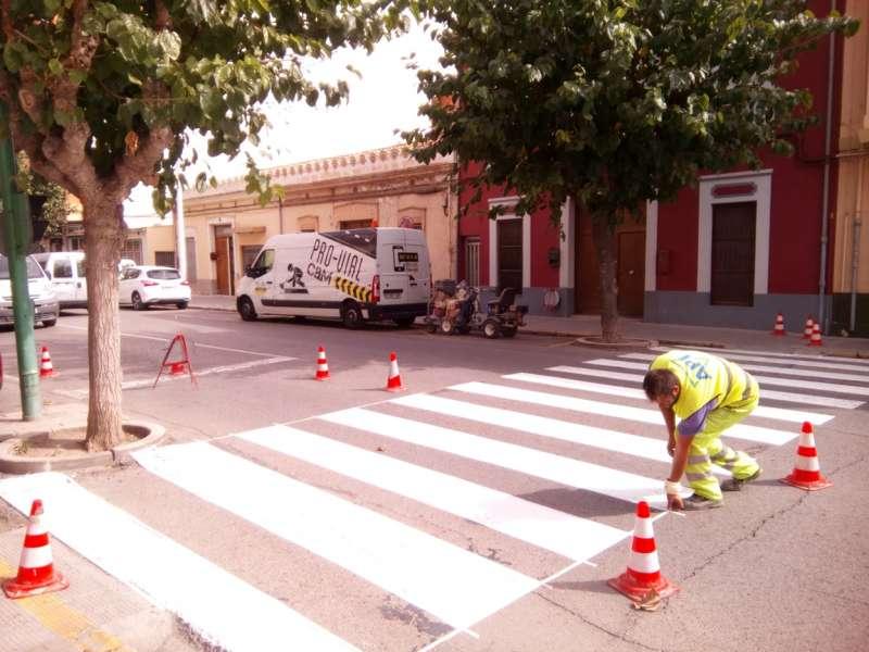Trabajos de pintado de paso de peatones. / EPDA