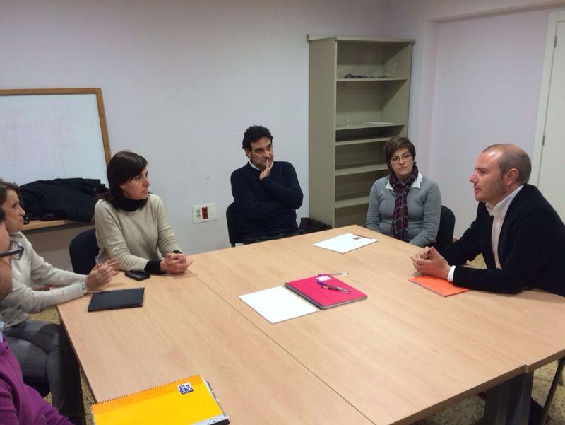 Toni GAspar con miembros del PSPV de Villena. FOTO EPDA