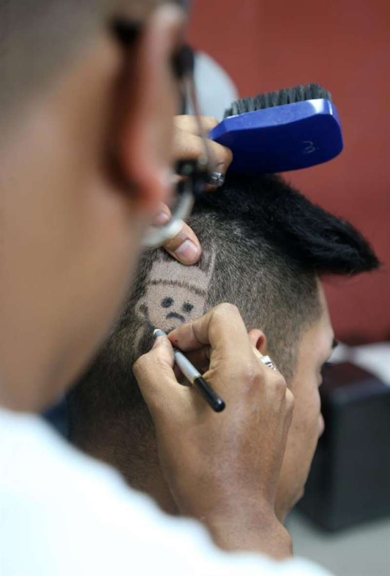 Imagen de archivo de un peluquero trabajando. EFE/Archivo