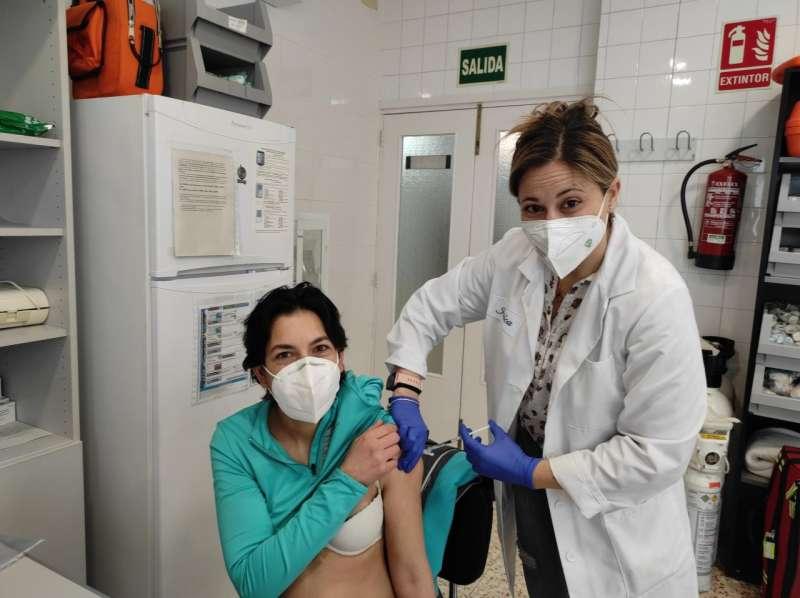 Susana recibiendo la vacuna