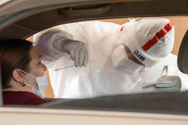 Una enfermera toma una prueba hisopada de coronavirus. EFE/ Nathalia Aguilar/Archivo