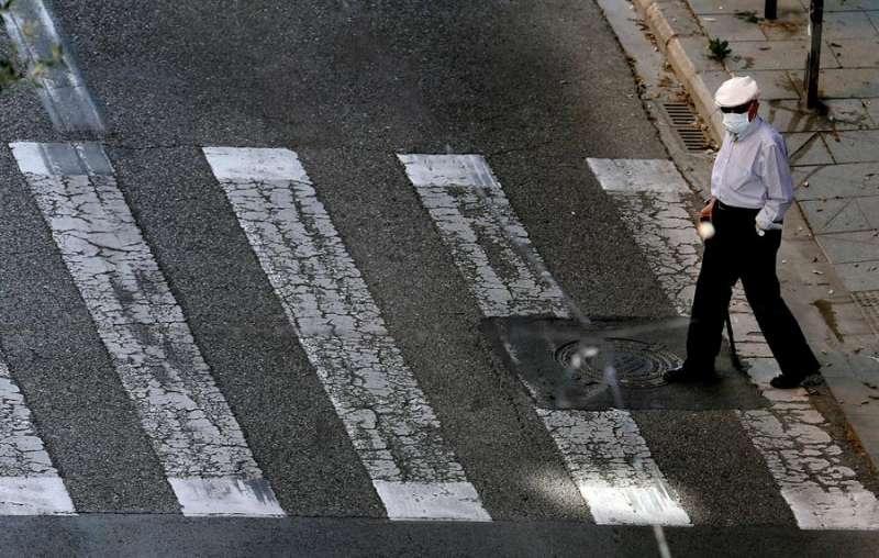 Una persona mayor pasea en Valencia durante el estado de alarma. EFE/ Juan Carlos Cárdenas/Archivo