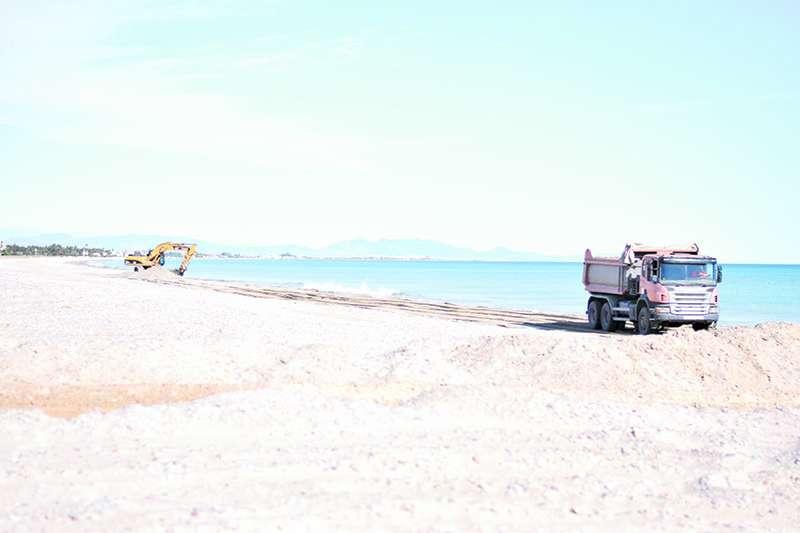 Maquinaria en la playa de la Almardà. EPDA