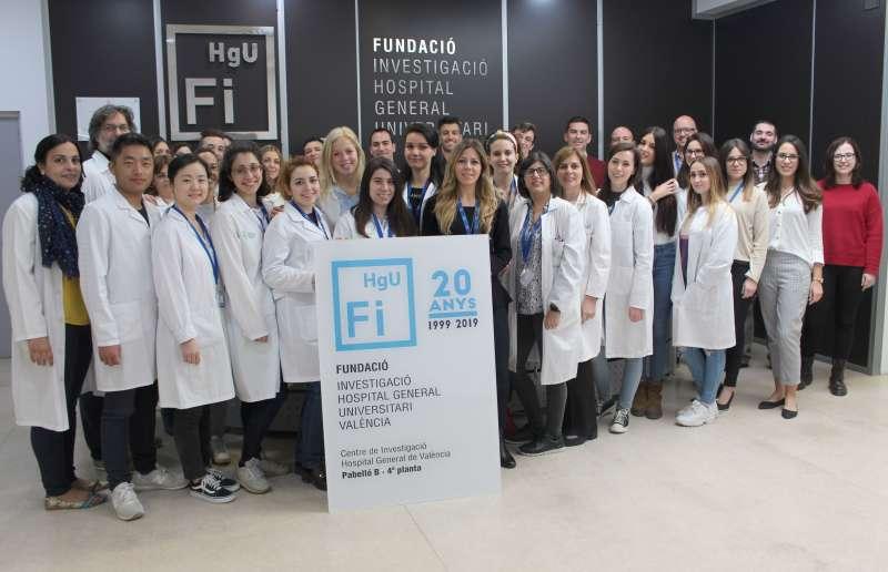 La gerente de la Fundación con los jóvenes investigadores. EPDA