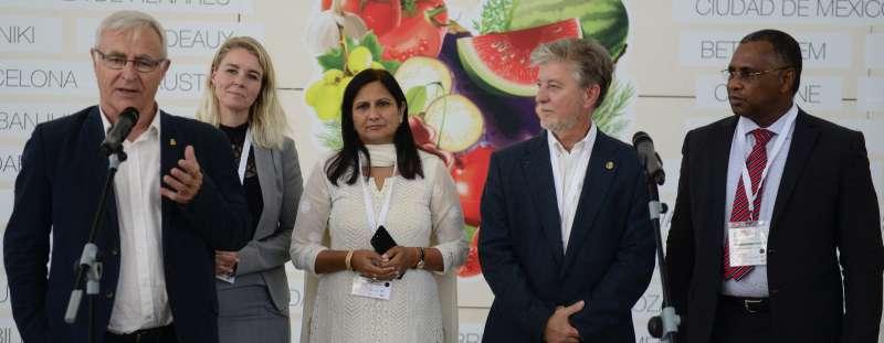 El alcalde de Valencia junto con representantes de ciudades en la Cumbre de Alcaldes.