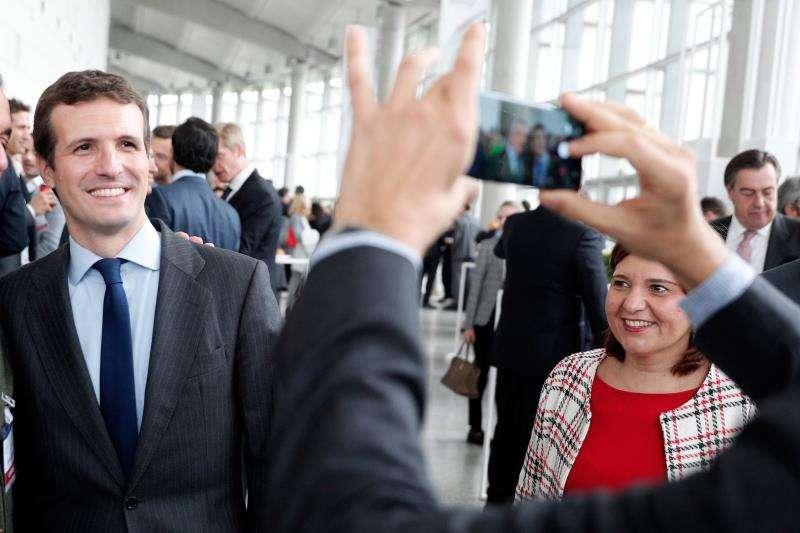 El presidente del PP, Pablo Casado, acompañado por la presidenta del PPCV, Isabel Bonig, a su llegada al Palacio de Congreso de València, en la última jornada del XXI Congreso Nacional de la Empresa Familiar, celebrado bajo el lema