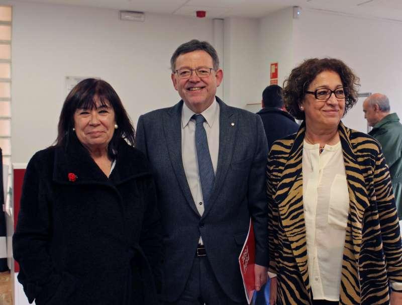Ximo Puig posa junto a la Presidenta del PSOE, Cristina Narbona y la concejala Toñi Serna