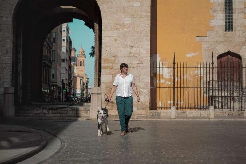 La coordinadora de Podem en la Comunitat Valenciana, Pilar Lima, pasea a su perro, Lolo. EFE/Biel Aliño