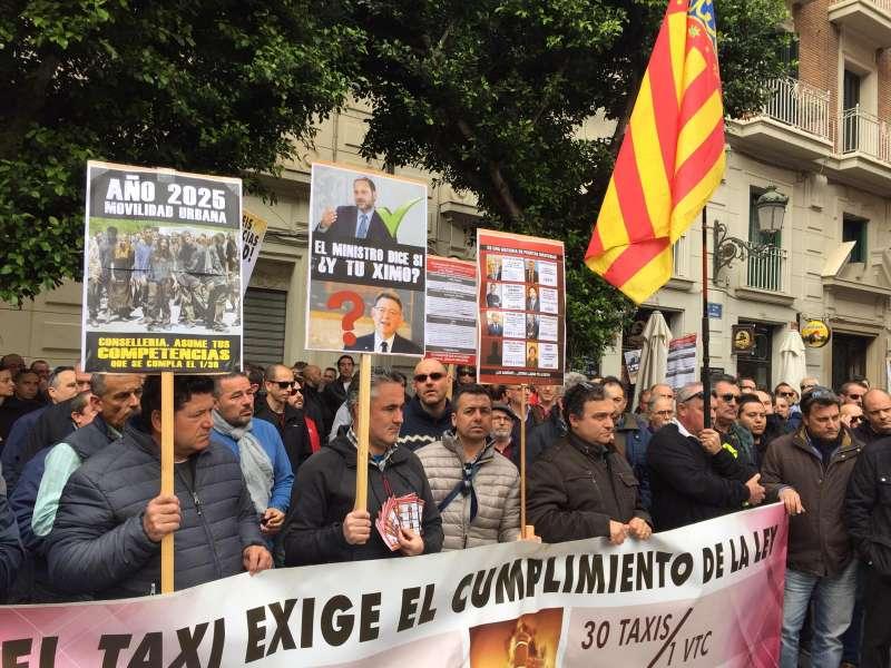 Taxistas protestando frente al Palau de la Generalitat
