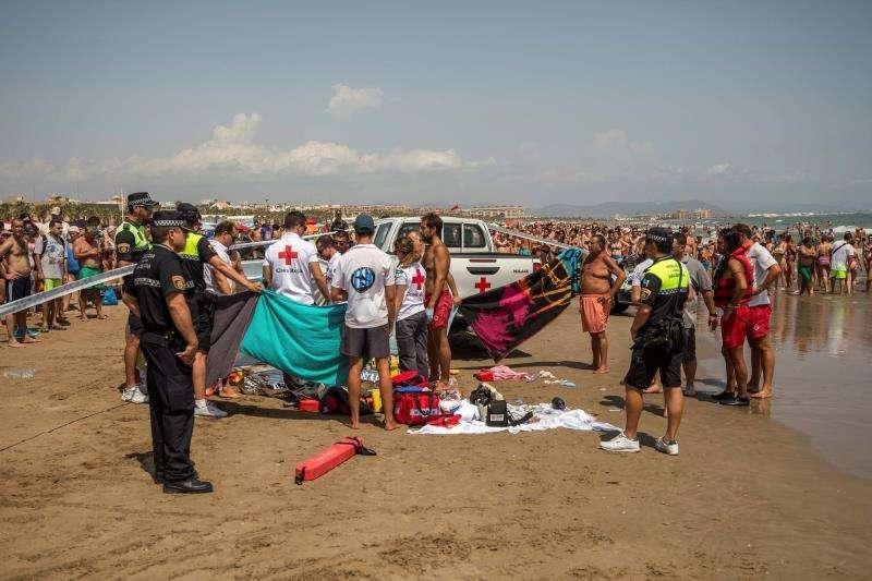 Miembros de la Cruz Roja, junto al cuerpo de un hombre ahogado en una playa de Valencia. EFE/Archivo
