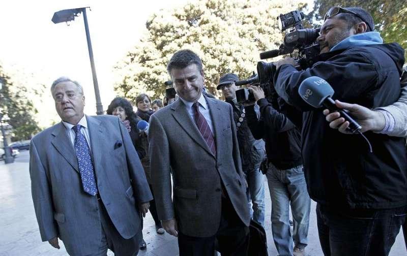 El exalcalde de Alicante Luis Díaz Alperi (i), a su llegada al Tribunal Superior de Justicia de la Comunidad Valenciana. EFE/Manuel Bruque/Archivo