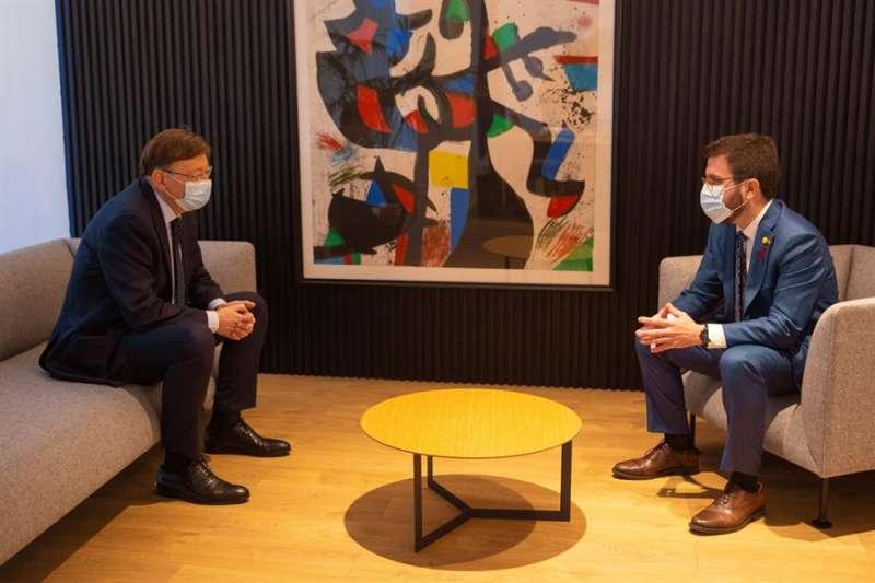 El presidente de la Generalitat valenciana, Ximo Puig, junto al vicepresidente de la Generalitat de Cataluña en funciones de presidente, Pere Aragonès. EFE