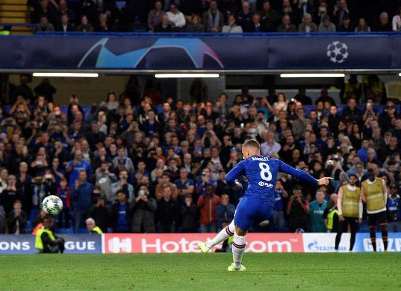 Ross Barkley, del Chelsea, falla el penalti en el encuentro de la primera jornada de la fase de grupos de la Liga de Campeones disputado ayer frente al Valencia. EFE