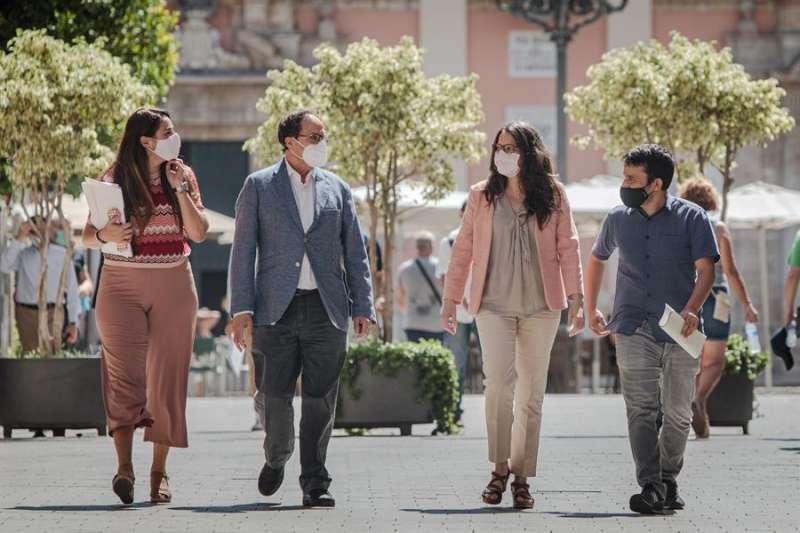Mónica Oltra, Vicent Marzà, Vicent Soler y Mireia Mollà camino a una rueda de prensa. EFE