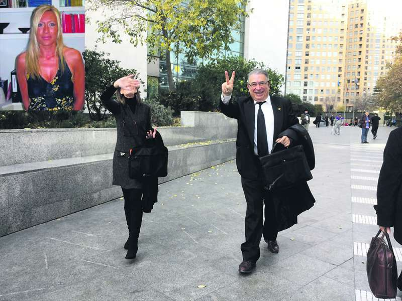 Nati Garcia, a la izquierda. A la derecha Sancho y su esposa a la salida de la Ciudad de la Justicia, donde fueron condenados a dos años de cárcel cada uno. FOTO P. V.