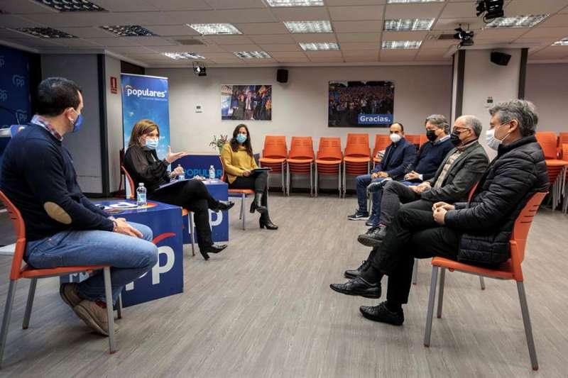 Isabel Bonig, Belén Hoyo y Vicent Mompó, en una reunión reciente sobre la situación sanitaria. EFE