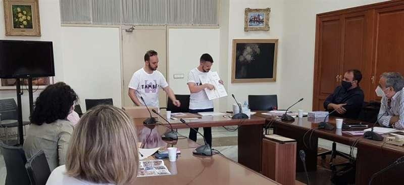 Imagen cedida por el Ayuntamiento de València de Ceballos y Sanabria mostrando al jurado su proyecto de falla municipal infantil para 2021. EFE