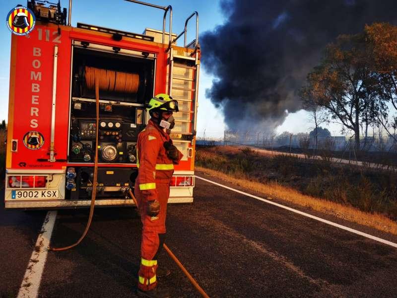 Los bomberos acuden al incendio. EPDA