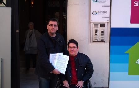 Jesús Raga, portavoz del PSPV-PSOE, no pudo acceder a las instalaciones por culpa de las medidas del ascensor, lamentó la existencia de las barreras arquitectónicas en edificios públicos. Foto: EPDA.