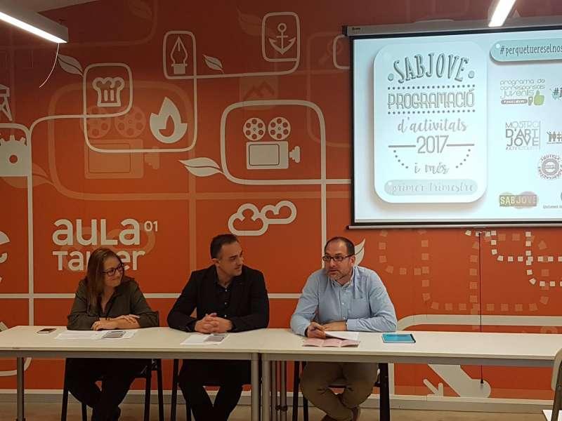 La delegada de Juventud, el alcalde de la localidad y el técnico de Juventud de Sabjove. //EPDA