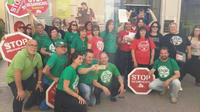 Los miembros de la PAH de Camp de Túria frente al Bankia de L