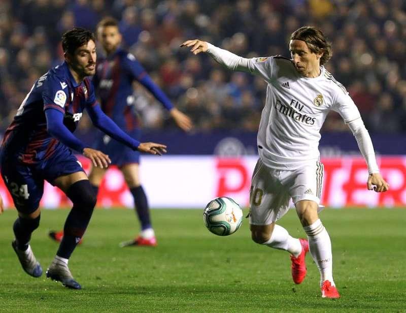 El centrocampista del Real Madrid Luka Modric (d) juega un balón ante José Campaña, del Levante. MIGUEL ÁNGEL POLO