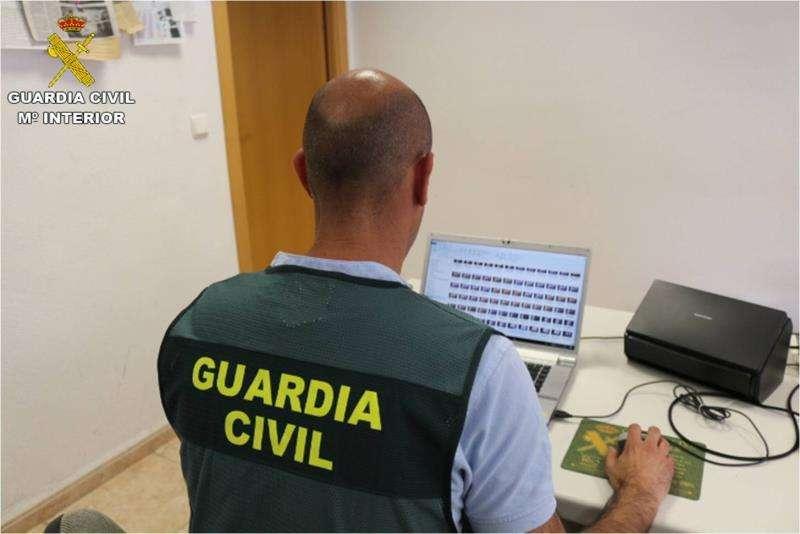 Un agente trabaja en la operación contra la corrupción de menores.