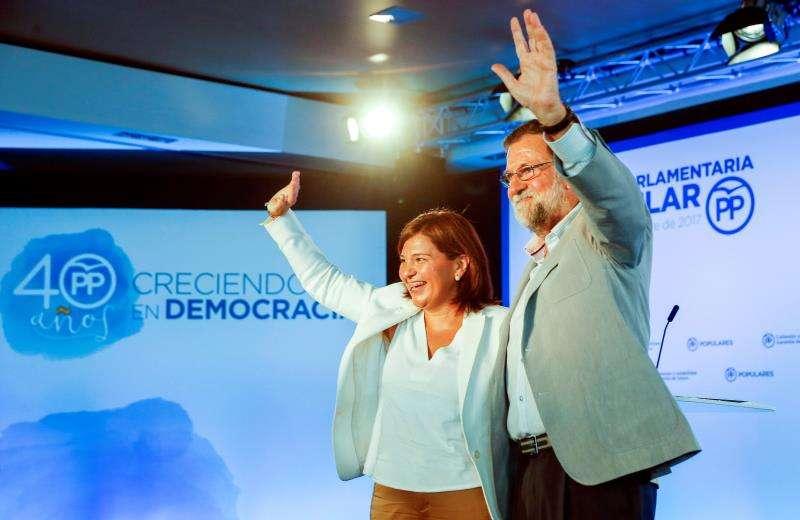 El expresidente del Gobierno Mariano Rajoy junto la presidenta del PPCV, Isabel Bonig, durante la clausura de una reunión interparlamentaria del PP. EFE/Archivo