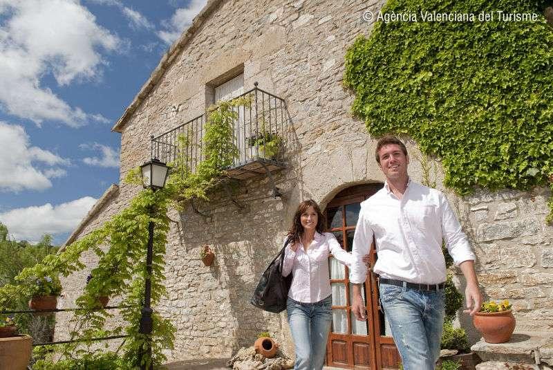 Una pareja saliendo de una casa rural de la Comunitat Valenciana
