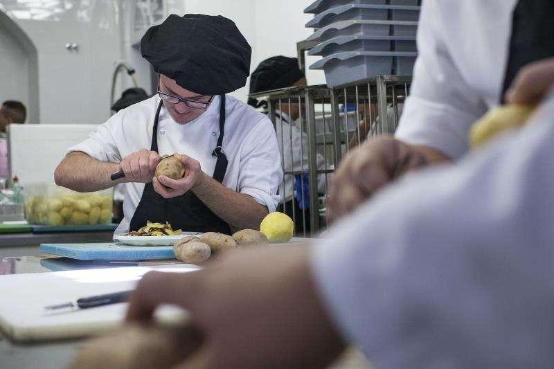 Un joven participa en Universo Santi, un restaurante de alta cocina. EFE/Archivo