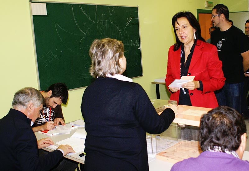 Carmen Martínez, alcaldesa de Quart de Poblet, votando. FOTO EPDA