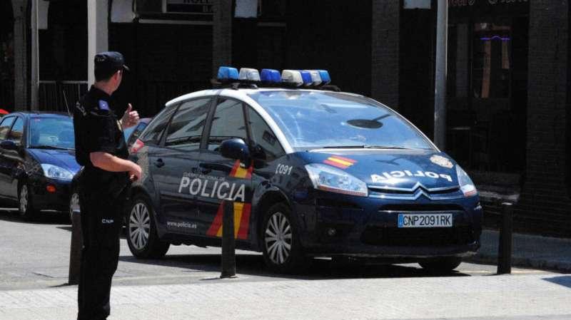 Agente y vehículo de la Polícia Nacional. EFE