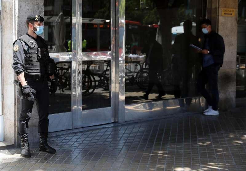 Miembros de la Guardia Civil apostados en el domicilio del exvicealcalde de Valencia, Alfonso Grau, que ha sido detenido junto al subdelegado del Gobierno en Valencia, Rafael Rubio, este jueves por la Unidad Central Operativa de la Guardia Civil (UCO) en el marco de la operación Azud.