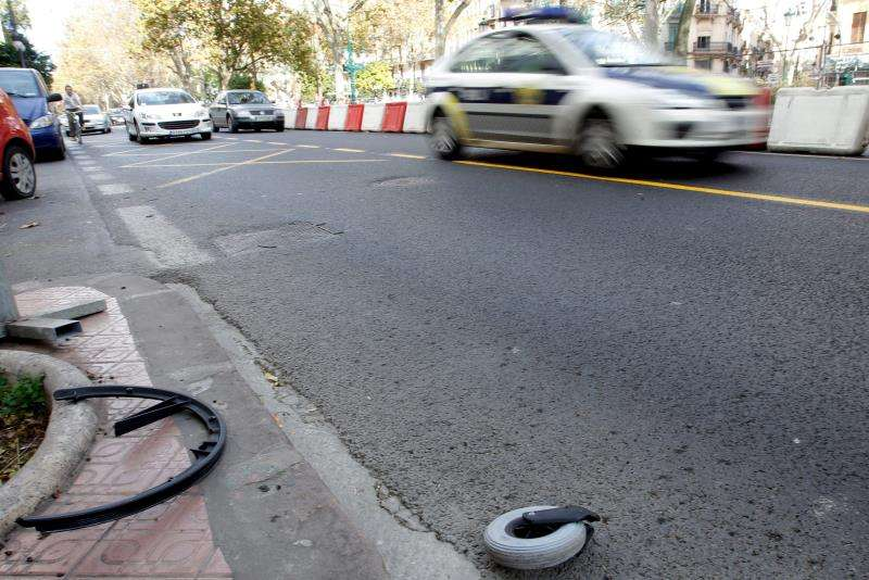 Restos de un accidente de tráfico en la Gran Vía de Fernando el Católico de València. EFE/Archivo