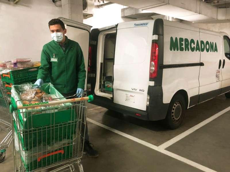 Trabajador de Mercadona preparando los productos para donar / EPDA