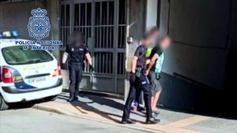 El traslado de uno de los detenidos, en una imagen compartida por la Policía Nacional.