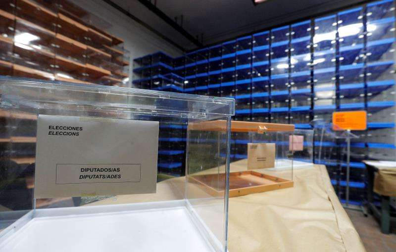Imagen tomada este martes de las urnas que el próximo domingo 28 de abril usarán los votantes en los colegios electorales con motivo de las elecciones generales y autonómicas en la Comunitat Valenciana. EFE