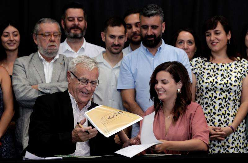 Firma del acuerdo entre el alcalde de València, Joan Ribó (Compromís) y la vicealcaldesa primera, Sandra Gómez (PSPV). EFE