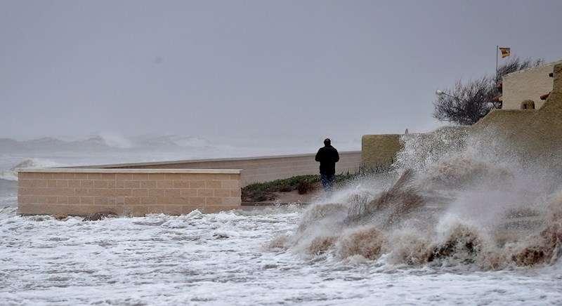 En la imagen un hombre contempla las olas desde el paseo marítimo de la urbanización la Casbah en el Saler. EFE