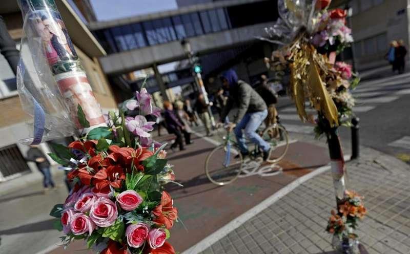 Ramos de flores en el lugar donde se produjo un accidente de tráfico mortal en la avenida Blasco Ibáñez de València. - EFE