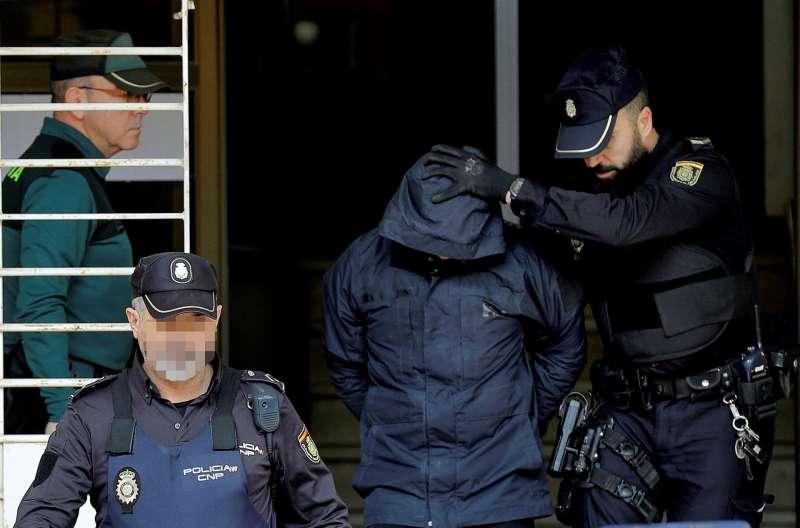 El autor confeso del crimen de Manuel, Jorge Ignacio P., sale del juzgado custodiado por la polic�a.