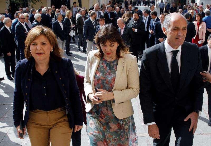 El expresident de la Generalitat Francisco Camps, la presidenta del PPCV, Isabel Bonig (i), y la exalcaldesa de Elche Mercedes Alonso, en un acto del año pasado. EFE/Archivo