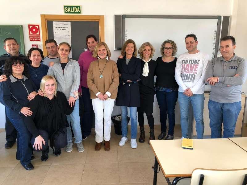 La Alcaldesa Elia Verdevío, junto a la Concejal de Empleo Mónica Martin y la técnico de empleo Begoña Robles con los alumnos. / EPDA