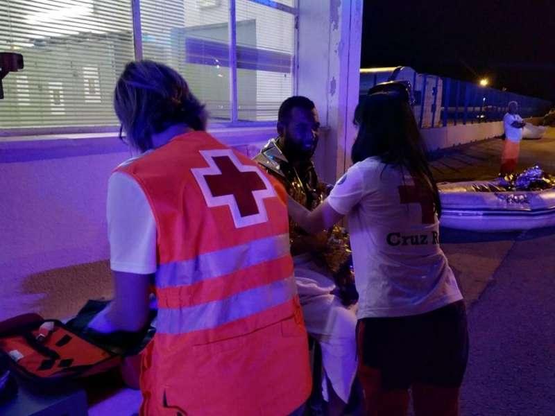 magen cedida por Cruz Roja de la atención sanitaria a uno de los inmigrantes que ha sido rescatado en patera frente a las costas de la ciudad de Alicante. EFE
